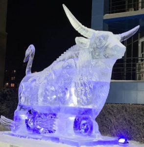 Бык мороза у главного офиса «АРКТИК КАПИТАЛ»